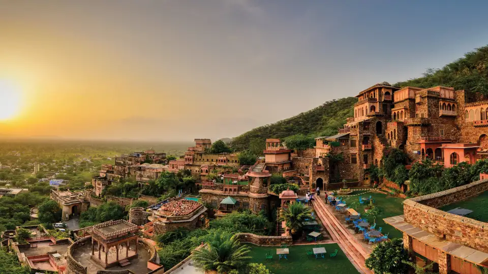 Facade_Premises,_Neemrana_Fort_Palace,_palace_hotel_in_Rajasthan