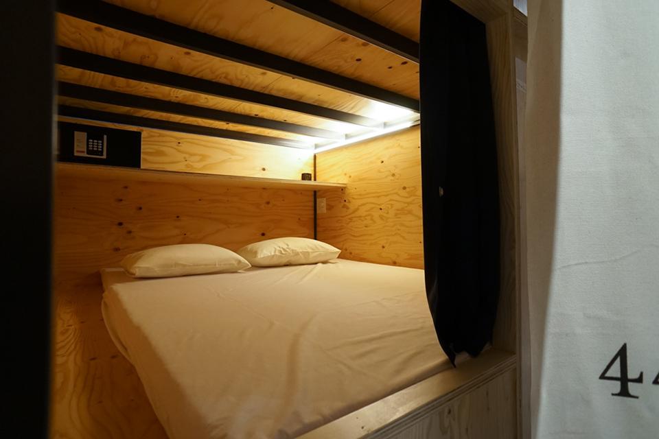 Bett und Buch Tokio
